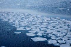 Blockauseinanderfallen des natürlichen Eises gegen Ufer und Meer Lizenzfreie Stockfotos