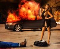 blockbuster La fille avec le chiffre snob se tient au-dessus d'un sac complètement de lundi Image stock