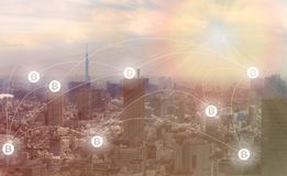 Blockchain和Bitcoin概念:与bitcoin标志的都市风景 免版税库存照片