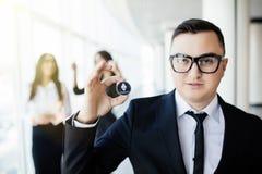 Blockchain и концепция вклада Руководитель бизнесмена держа litecoin перед его командой с поднятыми руками на офисе стоковое фото rf