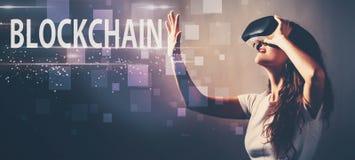 Blockchain при женщина используя шлемофон виртуальной реальности иллюстрация вектора