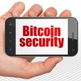 Blockchain begrepp: Räcka hållande Smartphone med Bitcoin säkerhet på skärm Arkivbild
