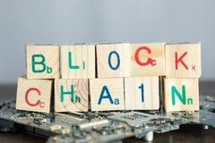 Blockchain begrepp Träsnitt säger kvarterkedjan med binär kod arkivbild