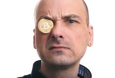 Blockchain-Bergbau Porträt eines Mannes mit bitcoin Münze Lizenzfreie Stockfotografie