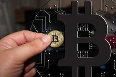 Blockchain Bitcoin - концепция бумажника bitcoin для оплаты всемирных виртуальных денег электронной Стоковое фото RF