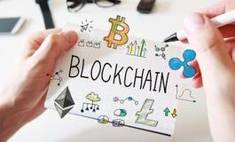 Blockchain com equipa as mãos e o caderno fotografia de stock royalty free