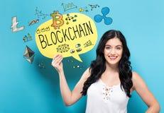 Blockchain com a mulher que guarda uma bolha do discurso imagem de stock royalty free