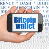 Blockchain-Konzept: Übergeben Sie das Halten von Smartphone mit Bitcoin-Geldbörse auf Anzeige Stockfotos