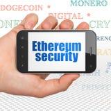 Blockchain-Konzept: Übergeben Sie das Halten von Smartphone mit Ethereum-Sicherheit auf Anzeige Lizenzfreie Stockbilder