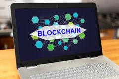 Blockchain-Konzept auf einem Laptop Stockbild