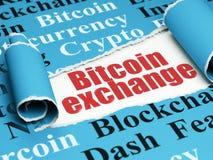 Blockchain-Konzept: roter Text Bitcoin-Austausch unter dem Stück des heftigen Papiers Lizenzfreie Stockbilder