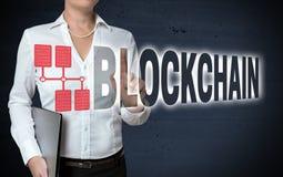 Blockchain-mit Berührungseingabe Bildschirm wird von der Geschäftsfrau gezeigt Stockfotos