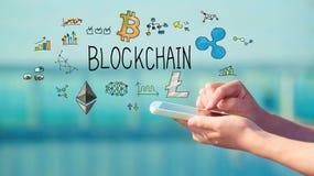 Blockchain mit Smartphone Stockfotos