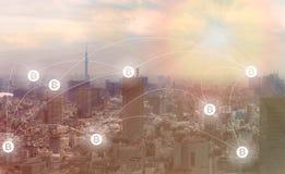 Blockchain och Bitcoin begrepp: Cityscape med bitcoinsymboler royaltyfri foto