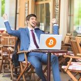 Blockchain-Technologie Bitcoin-cryptocurrency Erfolgreicher Mann Stockfoto