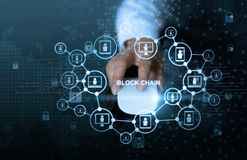 Blockchain-Technologie-Netzkonzept Geschäftsmannklicken-Mäusecomputer mit Mikrokreislaufikone cryptocurrency und Blockkette netw stockbilder