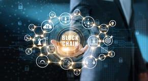 Blockchain-Technologie und Netzkonzept Geschäftsmann, der in der Hand Text blockchain mit IkonenNetwork Connection hält Stockbild