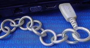 Blockchain-Technologiehintergrund USB-Computer, der durch Metallkette verbunden wird, sind- auf Haschcode-Blauoberfläche Lizenzfreie Stockbilder