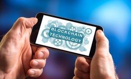 Blockchain-Technologiekonzept auf einem Smartphone Stockbilder