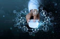 Blockchain technologii sieci pojęcie Biznesmena stuknięcia myszy komputer z microcircuit ikony cryptocurrency i blokowego łańcuch obrazy stock