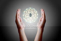 Blockchain teknologibegrepp, kvinna som rymmer diag för faktiskt system Royaltyfria Bilder