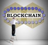 Blockchain teknologibegrepp som dras av en man på en stege arkivbild