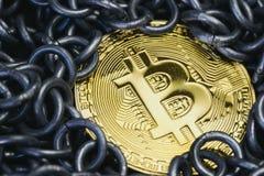 Blockchainconcept door glanzend gouden fysiek Bitcoin-muntstuk surroun Royalty-vrije Stock Afbeeldingen