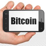Blockchainconcept: Handholding Smartphone met Bitcoin op vertoning Royalty-vrije Stock Afbeelding