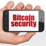 Blockchainconcept: Handholding Smartphone met Bitcoin-Veiligheid op vertoning Stock Fotografie