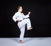 Blockera vid handen, och slagbenet utbildar idrottsman nen i karategi royaltyfri foto