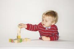 blockerar att leka för pojke Arkivbilder