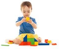 blockerar den färgrika pojken gulligt little som leker royaltyfria foton