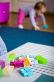 blockerar flickan little plastic leka Fotografering för Bildbyråer