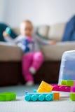 blockerar flickan little plastic leka Arkivbild