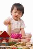 blockerar flickan little som leker Arkivfoton