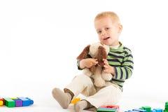 blockerar pojken som bygger gulligt som isoleras little leka white Isolerat på vit Fotografering för Bildbyråer