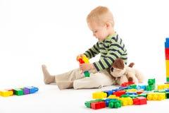 blockerar pojken som bygger gulligt som isoleras little leka white Isolerat på vit Royaltyfria Bilder