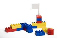 blockerar tegelstenkantfokusen som isoleras nära plastic selektiv toywhite Royaltyfria Foton