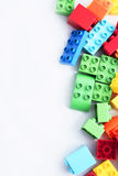 blockerar tegelstenkantfokusen som isoleras nära plastic selektiv toywhite Arkivfoton