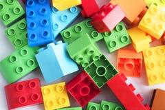 blockerar tegelstenkantfokusen som isoleras nära plastic selektiv toywhite Fotografering för Bildbyråer