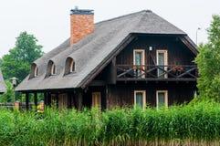 Blockhäuser mit einem Reeddach Lizenzfreie Stockfotos