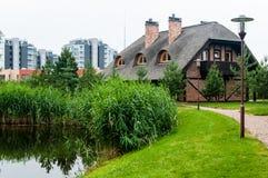 Blockhäuser mit einem Reeddach Lizenzfreie Stockbilder