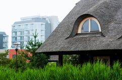 Blockhäuser mit einer Reeddachnahaufnahme Lizenzfreie Stockfotos