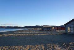 Blockhaus auf dem Barentssee an der arktischen Küste in Teriberka Lizenzfreie Stockbilder