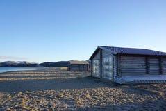 Blockhaus auf dem Barentssee an der arktischen Küste in Teriberka Stockfoto