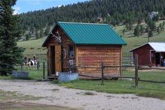 Blockhaus auf einer Pferderanch Stockbild