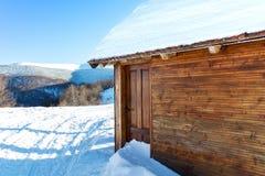 Blockhaus bedeckt mit Schnee Lizenzfreie Stockfotos