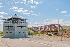 Blockhaus an der Eisenbahnbrücke Geelbek-Flusses Stockfoto
