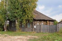Blockhaus des alten Landes mit hölzernem Dach Lizenzfreies Stockfoto