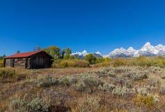 Blockhaus in einem szenischen Teton Autumn Landscape Stockfotos
